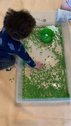 and baby videos Mushy Green Pea Sensory Bin - HAPPY TODDLER PLAYTIME Mushy Green Peas are not only fun to eat they are also fun to play with! Here is a simple taste safe sensory bin activity for babies, toddlers and preschoolers! Infant Sensory Activities, Sensory Games, Baby Sensory Play, Toddler Learning Activities, Montessori Activities, Baby Play, Sensory Activities For Toddlers, 7 Month Old Baby Activities, Baby Sensory Bags