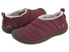 Keen Howser .:: Look so comfy! Perfect house shoe for winter. Sean would like them too. Too bad they don't have my size! ::.
