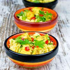 Pikante couscoussalade met gemarineerde kipblokjes, veel verse kruiden, citroensap, specerijen, groene paprika en extra vergine olijfolie. Een bijzonder smaakvolle tapa!
