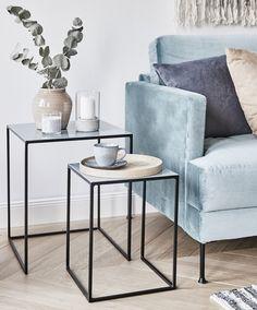 Unsere Lieblinge im Herbst? Ganz klar: softe Pastellfarben, weil sie so unaufdringlich und angenehm im Interior wirken. Holt euch den Farbtrend nachhause und setzt tolle Akzente mit Wohn-Accessoires in verschiedenen Pastelltönen, Materialien und Farben. // Sofa Wohnzimmer Beistelltisch Vasen Skandinavisch Samt Kissen Kerzen Grau Blau Hellblau