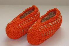 Yarn Inspiration, Knitted Slippers, Knit Crochet, Baby Shoes, Socks, Knitting, Detail, Red, Clothes
