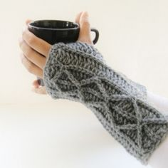Free pattern for a lovely mittens with faux cables. Works up quick and would make great Chistmas presents.
