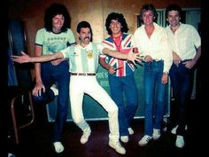 Diego Maradona wears a Union Jack T-Shirt and poses a picture with the English rock band Queen. From left to right: Brian May, Freddie Mercury, Diego Maradona, Roger Taylor, John Deacon. Queen Freddie Mercury, John Deacon, Save The Queen, I Am A Queen, Beatles, Queen Banda, Fred Mercury, Bryan May, Image Paris