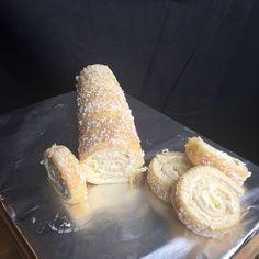 Till smörkrämen: 100 g smör eller margarin 2 dl florsocker 2 tsk vaniljsocker 1 äggula Till botten: 3 ägg 1,5 dl strösocker 2 dl vetemjöl 0,5 dl mjölk eller va