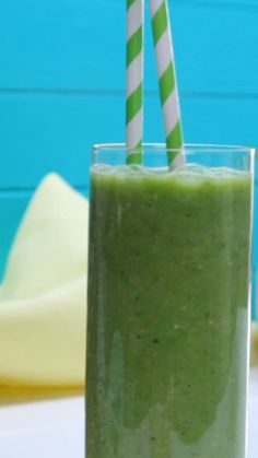 Great Pics green smoothie - Green smoothie made from pineapple, apples, ginger, spinach le. Concepts Plant Smoothie Recipes When you think of drinks, you probably usually consider fruit smoothies. Smoothie Detox, Smoothie Legume, Smoothie Fruit, Smoothie Vert, Smoothie Bowl, Smoothie Recipes, Protein Smoothies, Strawberry Smoothie, Cleanse Detox