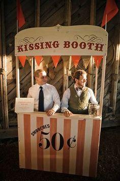 Pour un kissing booth,  2 hommes près à recevoir un bombardement de bisous