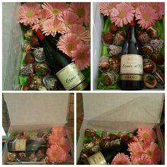 Caja de flores con fresas con chocolate y vino.