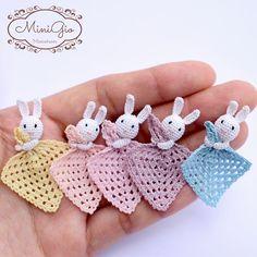 Manta pequeña lovey con conejito para casa de muñecas escala 1:12, casa de muñecas miniatura crochet seguridad manta, elegir colores