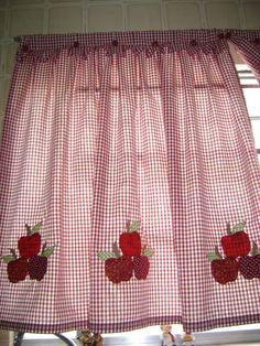 cortina de algodão xadrez com aplicação a maquina com braçadeira de maçã em alto relevo