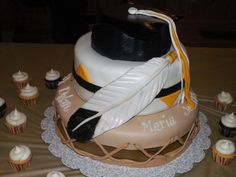 Graduation cake, the fondant on the top of the cap didn't have time to harden, but otherwise, it was a success :)