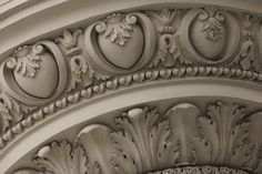Onderkant balkon in Praag Gypsum Design, Wood Rosettes, Cornice Design, Ceiling Murals, Classic Ceiling, Decorative Plaster, Floral Tattoo Design, Baroque Architecture, Stuck
