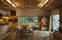 Salas de estar tropicais por Marina Linhares Decoração de Interiores