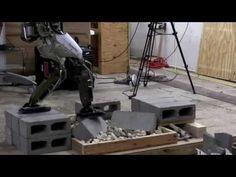 瓦礫の上を慎重に歩くロボット | TechCrunch Japan