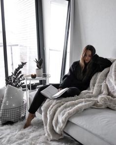 49 Trendy Ideas Home Decored Cozy Bedroom Fur Throw Lifestyle Photography, Photography Poses, Shotting Photo, Best Photo Poses, Foto Casual, Home Photo, Photoshoot Inspiration, Lounge Wear, Cool Photos
