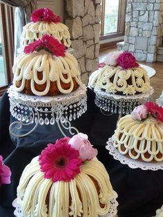 The Bundt Shoppe offers an array of bundt flavors and sizes, each topped with our signature butter cream cheese. Browse our Denver bundt cake flavors below. Pretty Cakes, Beautiful Cakes, Cupcake Cookies, Cupcakes, Foto Pastel, Nothing Bundt Cakes, Frosting Techniques, Frosting Tips, Bunt Cakes