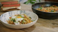 Een Indonesische klassieker maar dan de vegetarische versie. Jeroen doet geen trassi in de nasi goreng, want dan is het niet vegetarisch meer. De trassipasta is namelijk gemaakt van garnalenkoppen. Als je het toch gebruikt, doe er dan niet meer dan een lepeltje in.