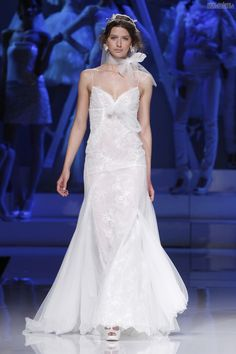 #sexi #love #jeans #clothes #coat #shoes #fashion #style #outfit #heels #bags #treasure #blouses #wedding #weddingdress #weddingday #weddingcelebration #weddingwoman Dlhé svadobné šaty v duchu retro