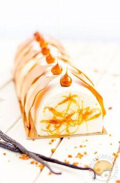 Bûche de Noël mousse vanille, crémeux au caramel, croquant aux spéculoos et biscuit amande: