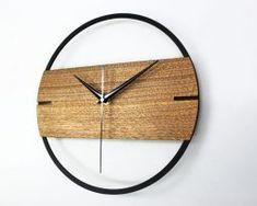 Jedinečné moderné drevené nástenné hodiny.