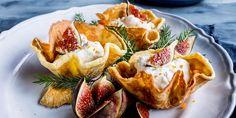 Krumkaker er en julekake-favoritt! Gjør krumkakene enda bedre med appelsinskall, bakte fiken og marsipankrem. Norwegian Christmas, Christmas Cookies, Parfait, Camembert Cheese, Baking, Breakfast, Ethnic Recipes, Drinks, Deck