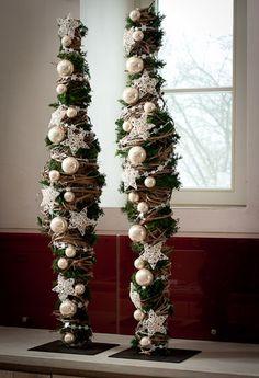 kerst decoratie - metalen pin (frame) op voet omwikkeld met riet versiert met kerstballen, sterren enz