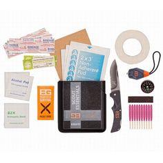 Scout Essential Kit. Compleet met een EHBO-kit, waterproof lucifers, LED Micro Torch ™ licht, Compact Scout ™ mes, knop kompas en Bear's `Prioriteiten van Survival` Gids