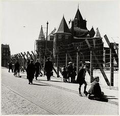 De Nieuwmarkt lag middenin de Amsterdamse Jodenbuurt. Tijdens de Tweede Wereldoorlog sloten Nederlanders in opdracht van de Duitse bezetter de Jodenbuurt af. Om de Nieuwmarkt kwam prikkeldraad te liggen. Op het plein verzamelden de Duitsers joden voor deportatie.