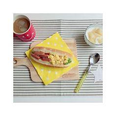 zuuumin07おはようございます(*^^*) 今日もそんなに天気が良くない しかも寒いし テンションも下がりがちだけど カスタマイズエブリデイを読んで改善! ・ いつもの朝ごはんのパンを ペーパーナプキンの上に置くだけで 雰囲気変わるし可愛いしテンションが上がる オシャレな朝食に変わります*\(^o^)/* ・ とりあえずお部屋の掃除をして 何をするか決めよー! では今日もよい1日を(*^^*) #breakfast #morning #朝ごはん #おうちごはん #うちごはん #おうちカフェ #bread #パン #ホットドッグ #たまご #ヨーグルト #桃 #peach #coffee #コーヒー #ronherman #ロンハーマン #スマイルマグ #カッティングボード #3coins #ペーパーナプキン #IKEA #イケア #水玉 #ドット #muymucho #ムイムーチョ #カスタマイズエブリデイ