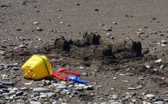 Come fare giocare i bambini in spiaggia e rilassarsi 10 divertentissimi giochi per la spiaggia per i bambini. Come godersi il relax sotto l'ombrellone se tuo figlio continua a chiamarti? Eccoli i giochini salva relax. Se tuo figlio ti chiede il cellular