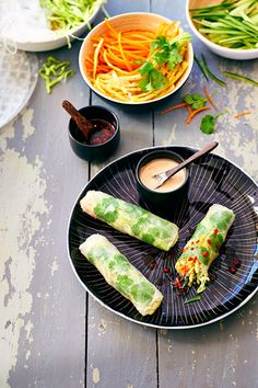 When we arrive completely jetlagged in New York, my boyfriend often treats me to amazing Vietnamese summer rolls from this really tiny Vietnamese place. Veggie Recipes, Asian Recipes, Vegetarian Recipes, Cooking Recipes, Healthy Recipes, Vietnamese Summer Rolls, Vietnamese Rice, Resto Vegan, A Food