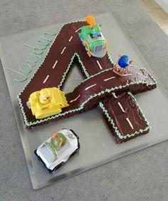 Zahl-Torte mit Straßenmotiv und Paw Patrol Autos