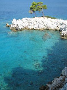 Beach in Skopelos Beautiful Islands, Beautiful World, Skopelos Greece, Skiathos, Places To Travel, Places To See, Wonderful Places, Beautiful Places, Island Beach
