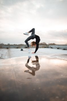 Limiting beliefs are like commands that mold thoughts, feelings, and behaviors. Here are some ways you can overcome limiting beliefs! Gymnastics Moves, Gymnastics Tricks, Gymnastics Problems, Amazing Gymnastics, Acrobatic Gymnastics, Gymnastics Pictures, Aerial Gymnastics, Gymnastics Clothes, Dance Photography Poses