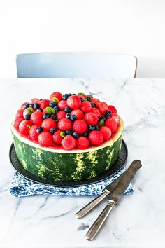 Watermelon cake - No Bake watermelon cake - Torta di anguria senza cottura… Bean Cakes, Party Food And Drinks, Raw Food Recipes, Italian Recipes, Dinner Recipes, Dessert For Dinner, Savoury Cake, Mini Cakes, Clean Eating Snacks