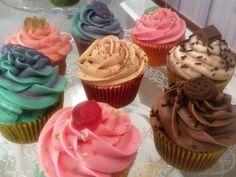 Nuestros cupcakes d fresa, choco, chocolate vainilla, canela y violeta, 5 d los 25 sabores!! Pronto en CAFETERÍA LA TACITA!  Nuestros cupcakes en los mejores lugares y con la mejor compañía!!!! Denominación de Origen DE DULCE!!!!