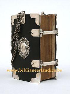 Biblia Neerlandica: Biblia - Keur (1720) Dubbele, zilveren sluiting, acht hoekstukken, middenstukken, ringklampen en draagketting