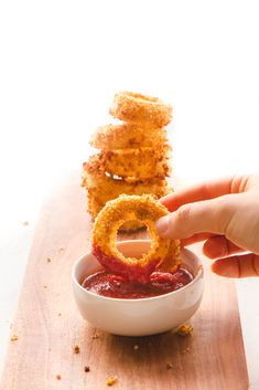 These Healthy Vegan Onion Rings are Crispy Golden Brown and Absolutely Delicious but you dont need Oil to cook them! Aperitivos Vegan, Whole Food Recipes, Vegan Recipes, Vegan Ideas, Baking Recipes, Free Recipes, Dairy Free Appetizers, Healthy Vegan Snacks, Vegan Foods