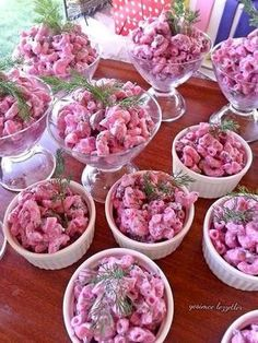 Yıllardır severek yaptığım bu salatayı yine bir doğum günü için hazırladım.Gençler pembe sevince makarna da pembe olabiliyor. ...