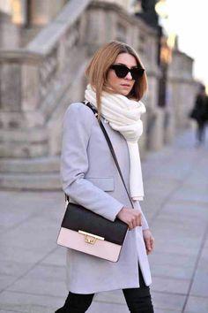 Abrigo recto con cremallera mangas abullonadas, bufanda bolso en bandolera. Azul claro grisáceo, blanco y rosa.