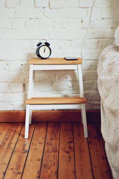 Une petite touche de peinture, et vous transformerez les escabeaux BEKVÄM en tables de nuit originales. #IKEADIY #DIY #IKEAxTheLifeFactory
