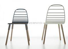 Inspirata alla tradizione delle sedie in fil di ferro, #SIMPATICA è una sedia dal design semplice da realizzare e facile da montare. Il tondino metallico che ne crea la struttura si muove, unita alla naturalezza del legno, creando in un flusso sinuoso una sedia adatta a tutti i tipi di ambienti.