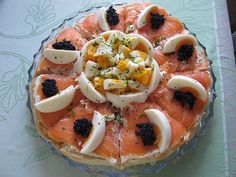 lachstorte-von-uli_ralph-chefkoch/ - The world's most private search engine Party Finger Foods, Finger Food Appetizers, Appetizers For Party, Appetizer Recipes, Salad Recipes, Fingerfood Party, Party Food Platters, Salmon Cakes, Party Buffet