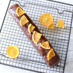 ドライオレンジをカットして乗せて、チョコレートが固まるまで放置する。固まったらラップして冷蔵庫へ入れる。