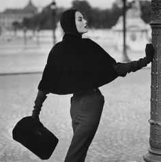 Henry Clarke Vogue 1955 Anne St Marie Wearing a seal skin slip cover cape by Pierre Balmain Photo Henry Clarke Photo Henry Clarke Vogue 1955 Foto Fashion, 1950s Fashion, Fashion History, Fashion Models, Fashion Art, Fashion Black, Fashion Shoot, Street Fashion, Fashion Trends