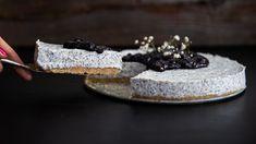 Křupavý máslovo-sušenkový korpus, jemná maková náplň sbílou čokoládou asmetanou anavrch lahodné borůvky. Jestli byste kouskem takového cheesecaku nepohrdli, máme pro vás dobrou zprávu: je bez pečení ahotový během chvilky. Jen pak musíte další chvilku odolat, než zatuhne.