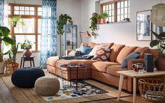 Koselig og lun stue i beige, blått og brunt med GRÖNLID 4-seters sofa med sjeselong i lysebrunt.