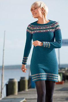 Geelongkleid mit Jacquardmuster! Ein schönes, leicht tailliertes Kleid mit aufwändig eingestrickten Jacquardmustern als Passe und an den Abschlüssen.