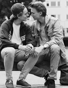 Uploaded by Lluvia de miel. Find images and videos about gay, skam and even on We Heart It - the app to get lost in what you love. Cute Gay Couples, Movie Couples, Korean Couple, Best Couple, Series Movies, Tv Series, Couple Fotos, Skam Wallpaper, Lgbt
