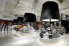 O interior da loja FrancFranc, em Hakata (Tóquio), com gigantismo aplicado a abajures que iluminam e dão foco aos produtos.