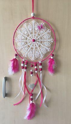 Attrape rêve, capteur de rêve ou dreamcatcher fait main. Le centre est réalisé au crochet en coton.